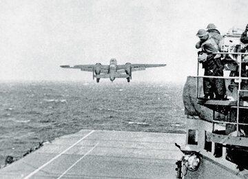 Bombowiec North American B-25 Mitchell startuje do lotu nad Tokio.
