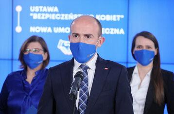 Borys Budka (C), Agnieszka Pomaska (P) i Izabela Leszczyna (L) podczas konferencji prasowej w Biurze Krajowym PO w Warszawie