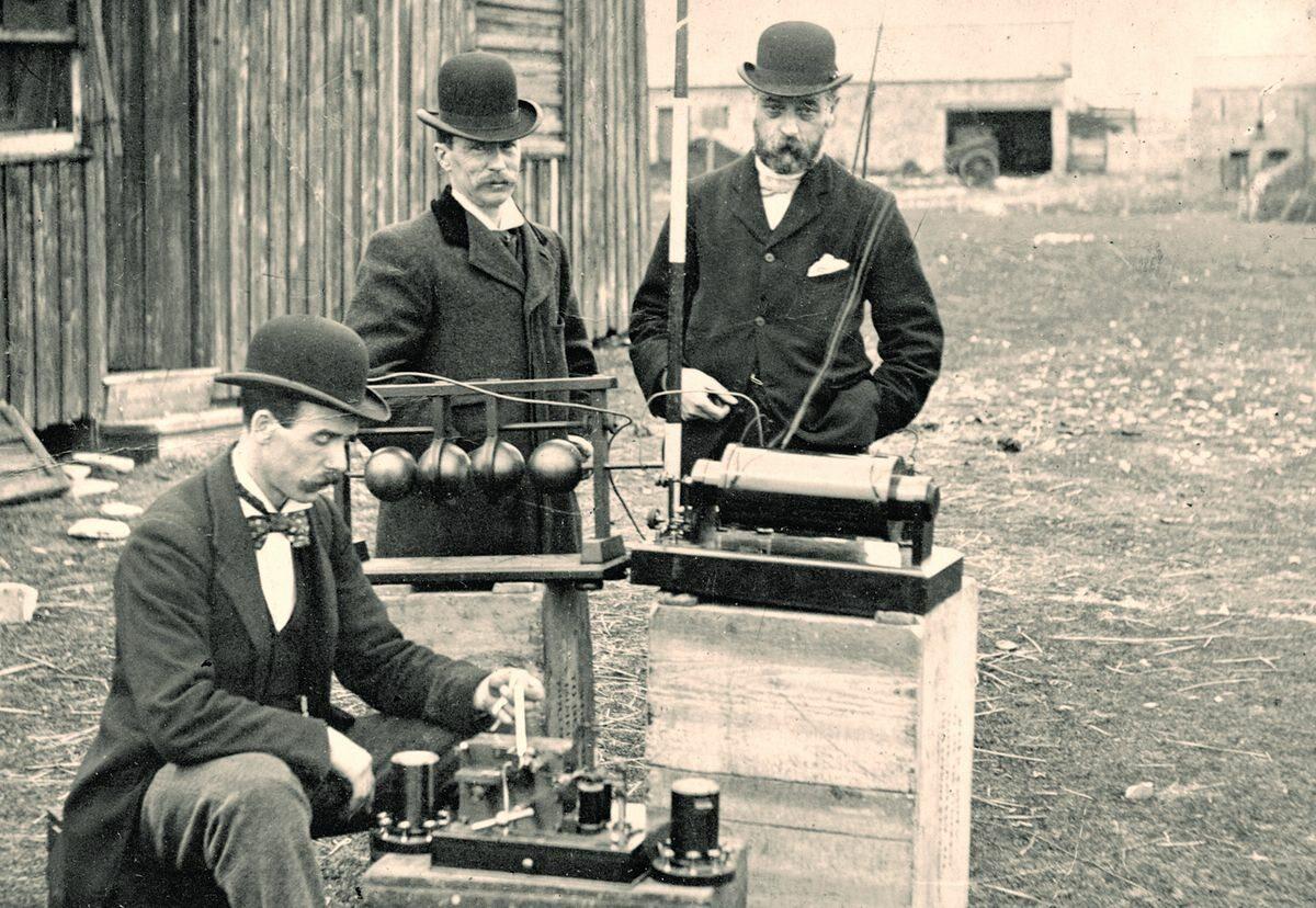 """Brytyjscy inżynierowie testują """"telegraf bez drutu"""" Guglielmo Marconiego."""