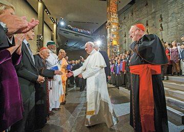 Były kardynał Theodore McCarrick (podaje rękę papieżowi) został istotnym doradcą Franciszka, mimo że Benedykt XVI nałożył na niego kary w związku ze skandalami seksualnymi