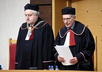 Były prezes TK Andrzej Rzepliński (L) oraz sędzia Stanisław Rymar (P) podczas rozprawy przed Trybunałem Konstytucyjnym