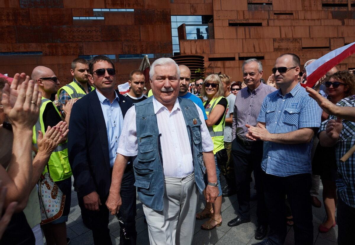 Były prezydent RP Lech Wałęsa wśród protestujących przeciwko ustawie o SN