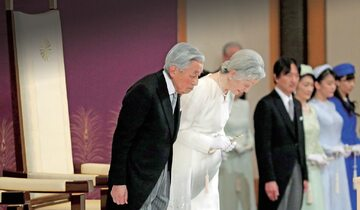 Cesarz Akihito (pierwszy z lewej) w wieku 85 lat złożył swój urząd, co było pierwszym takim przypadkiem od ponad 250 lat
