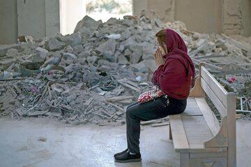 Chrześcijanka modli się w częściowo zniszczonej katedrze Ghazanchetsots w Szuszy