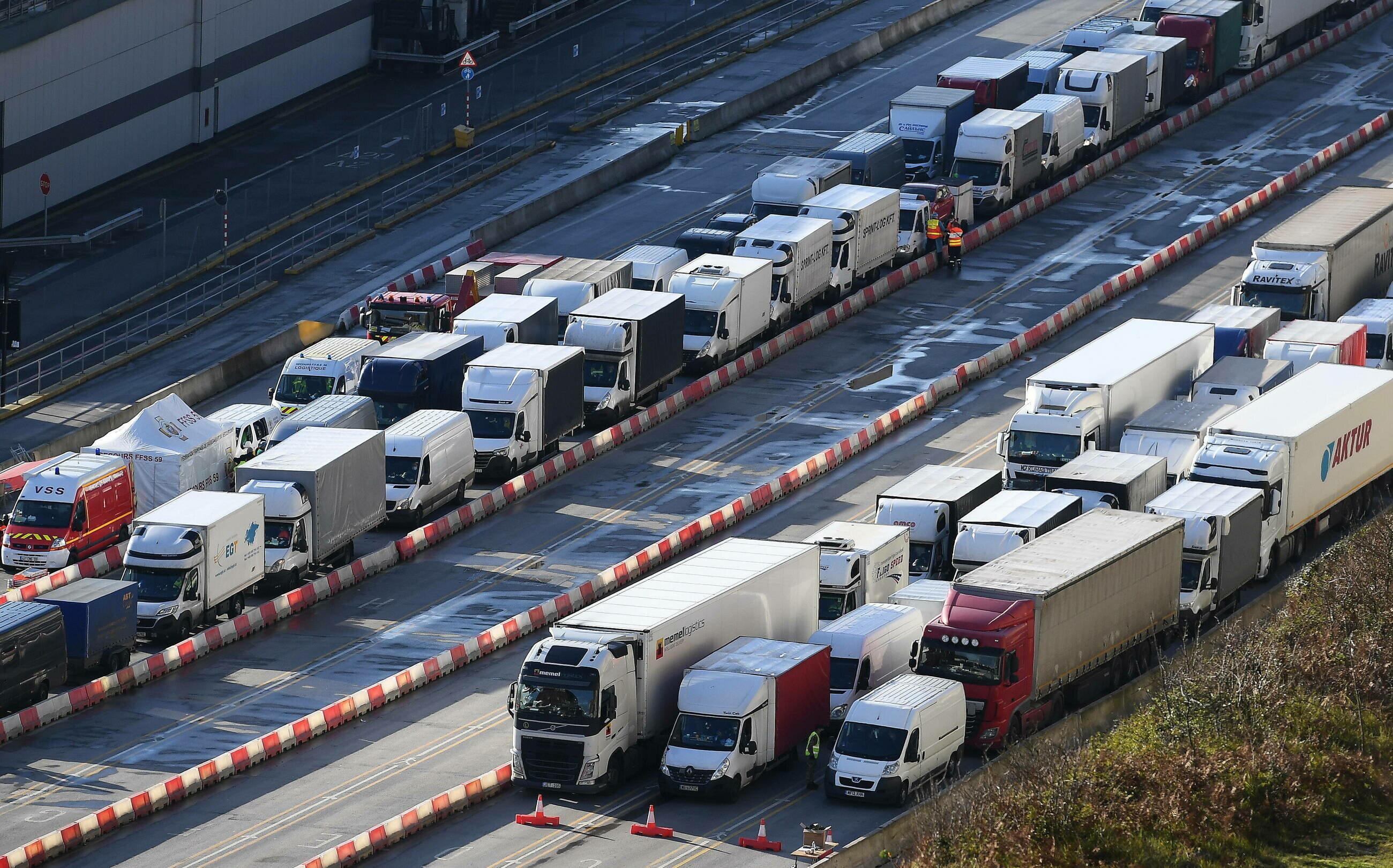 Ciężarówki w porcie Dover w Wielkiej Brytanii