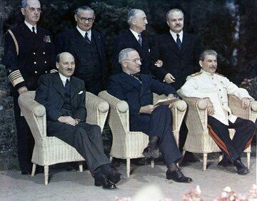 Clement Attlee, Harry Truman i Józef Stalin podczas konferencji w Poczdamie