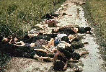 Cywilne ofiary amerykańskiego ataku na wioskę My Lai. Zdjęcie wykonane przez Ronalda L. Haeberle, fotografa US Army.
