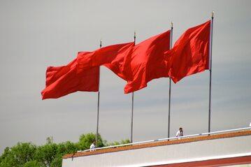 Czerwone flagi na dachu budynku. Chiny