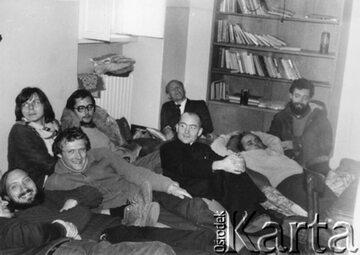 Członkowie KOR. Z przodu od lewej: Antoni Macierewicz, Adam Michnik, ksiądz Stanisław Małkowski, Jacek Kuroń, Kazimierz Wóycicki, z tyłu siedzą: Konrad Bieliński, Mariusz Wilk, Kazimierz Janusz.