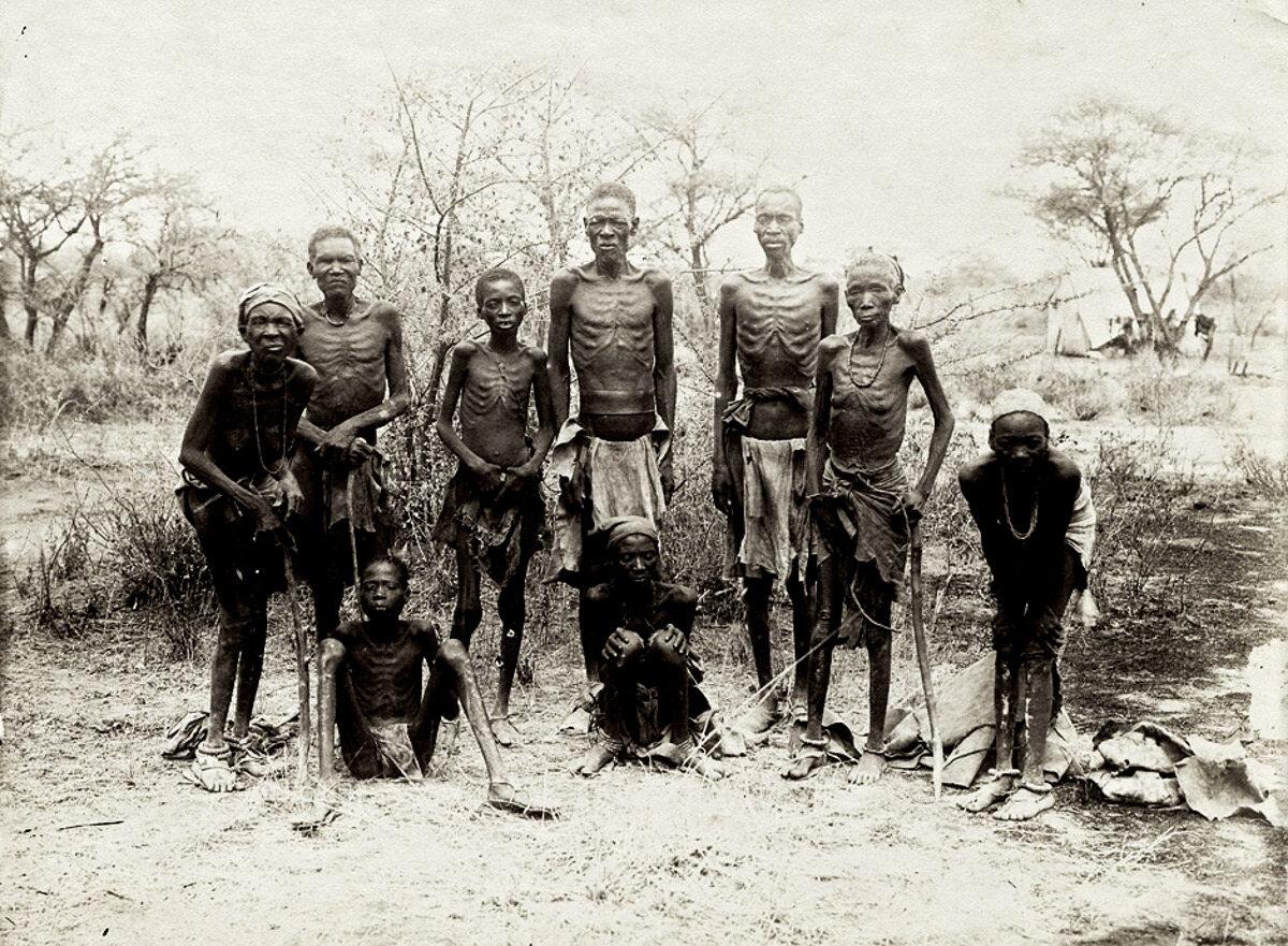 Członkowie plemienia Herero, którzy przetrwali ucieczkę przez pustynię Omaheke