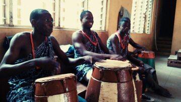 Członkowie plemienia Yoruba grają na tradycyjnych instrumentach.