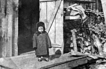 Deportowane tatarskie dziecko, 1944 rok.