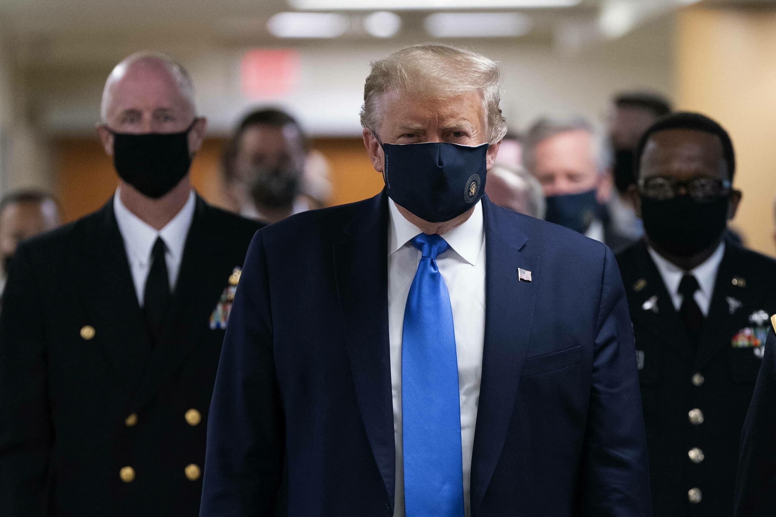 Donald Trump w maseczce podczas wizyty w szpitalu wojskowym
