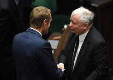 Donald Tusk (L) i Jarosław Kaczyński (P) w Sejmie