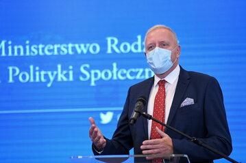 dr Michał Sutkowski podczas konferencji prasowej w siedzibie Ministerstwa Rodziny i Polityki Społecznej