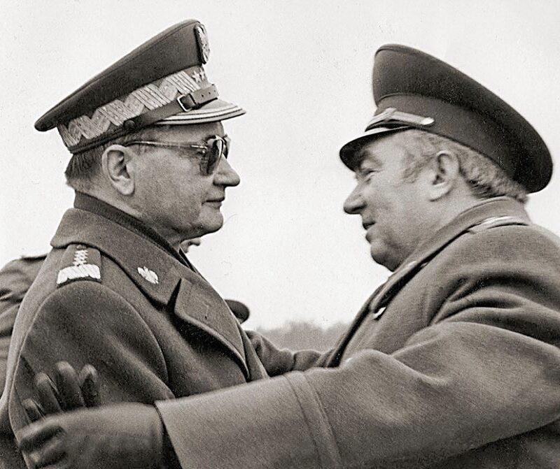"""Drugą fazą operacji """"Sojuz '80"""", czyli """"frontowymi ćwiczeniami dowódczo-sztabowymi w terenie"""", miał kierować marszałek Związku Sowieckiego Wiktor Kulikow (na zdjęciu obejmujący gen. Wojciecha Jaruzelskiego)"""
