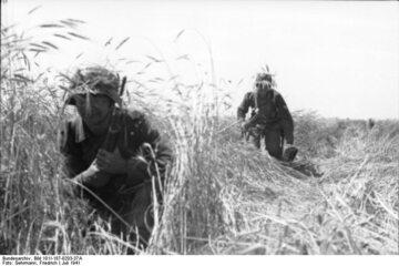 Dwaj niemieccy żołnierze w okolicy Lwowa. Lipiec, 1941 r.