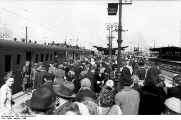 Dworzec Zachodni w Warszawie podczas niemieckiej okupacji.