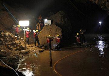 Dwunastu młodych piłkarzy i ich trener zwiedzali jaskinię Tham Luang Nang Non, na północy Tajlandii. Podczas zwiedzania zaskoczyła ich ulewa, która odcięła grupie drogę wyjścia.