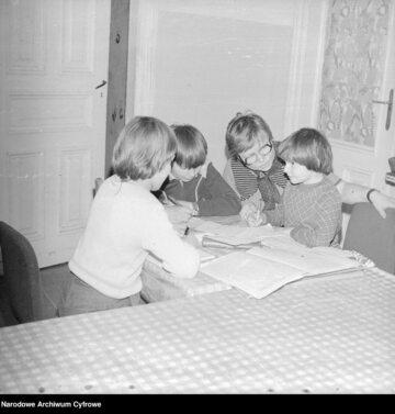 Dzieci odrabiające lekcje. Zdjęcie ilustracyjne