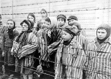 Dzieci w Auschwitz - kadr z sowieckiego filmu na temat wyzwolenia obozu