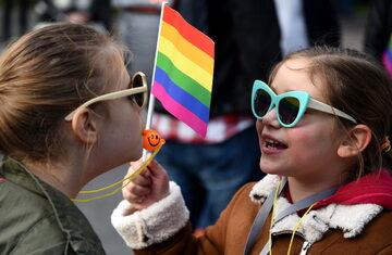 Dzieci z flagą LGBT, zdjęcie ilustracyjne