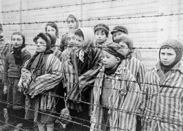 Dziecie więzione w Auschwitz tuż po wyzwoleniu przez Armię Czerwoną. Pierwsze od prawej siostry Mozes.