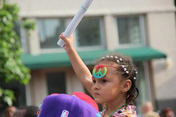 Dziecko na paradzie LGBT, zdjęcie ilustracyjne