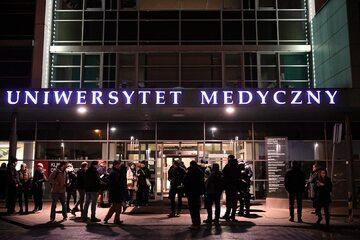 Dziennikarze przed SOR-em Uniwersyteckiego Centrum Klinicznego,w Gdańsku. Do tego szpitala został zabrany prezydent miasta Paweł Adamowicz