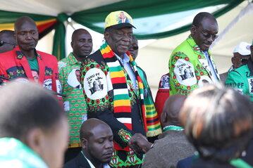 Emmerson Mnangagwa, prezydent Zimbabwe, niedługo przed wybuchem bomby na White City Stadium, w mieście Bulawayo