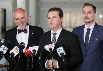 Europoseł, prezes partii Wolność Janusz Korwin-Mikke (L), wiceprezes Konrad Berkowicz (P) oraz Jacek Wilk (P) z Kukiz`15, 3 bm. podczas konferencji prasowej w Sejmie