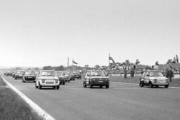 Fiaty 126p na torze w Poznaniu przed wyścigiem, 1980 rok