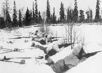 Fińscy żołnierze na pozycjach obronnych w trakcie wojny zimowej.