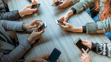 Firmy technologiczne zaciekle walczą o to, ile smartfonów w rękach klientów będzie miało ich logo