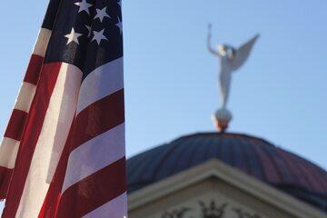 Flaga amerykańska. W tle Senat Arizony. Zdj. ilustracyjne