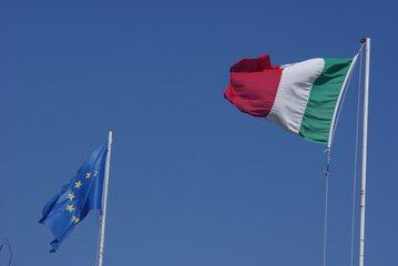 Flaga Unii Europejskiej oraz Włoch