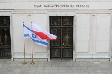 Flagi Polski i Izraela przed wejściem do Sejmu