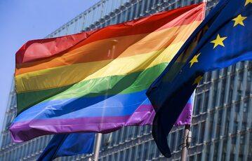 Flagi UE i LGBT, zdjęcie ilustracyjne