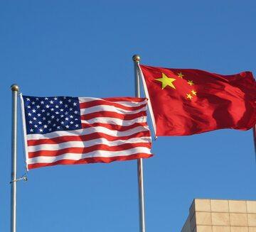 Flagi USA i Chin, zdjęcie ilustracyjne