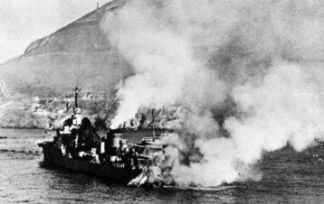 """Francuski niszczyciel """"Mogador"""" uszkodzony w trakcie ataku na Mers-el-Kébir."""