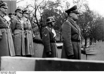 Friedrich Wilhelm Krüger (drugi z prawej, w hełmie) Kraków 1939. Na przedzie Hans Frank