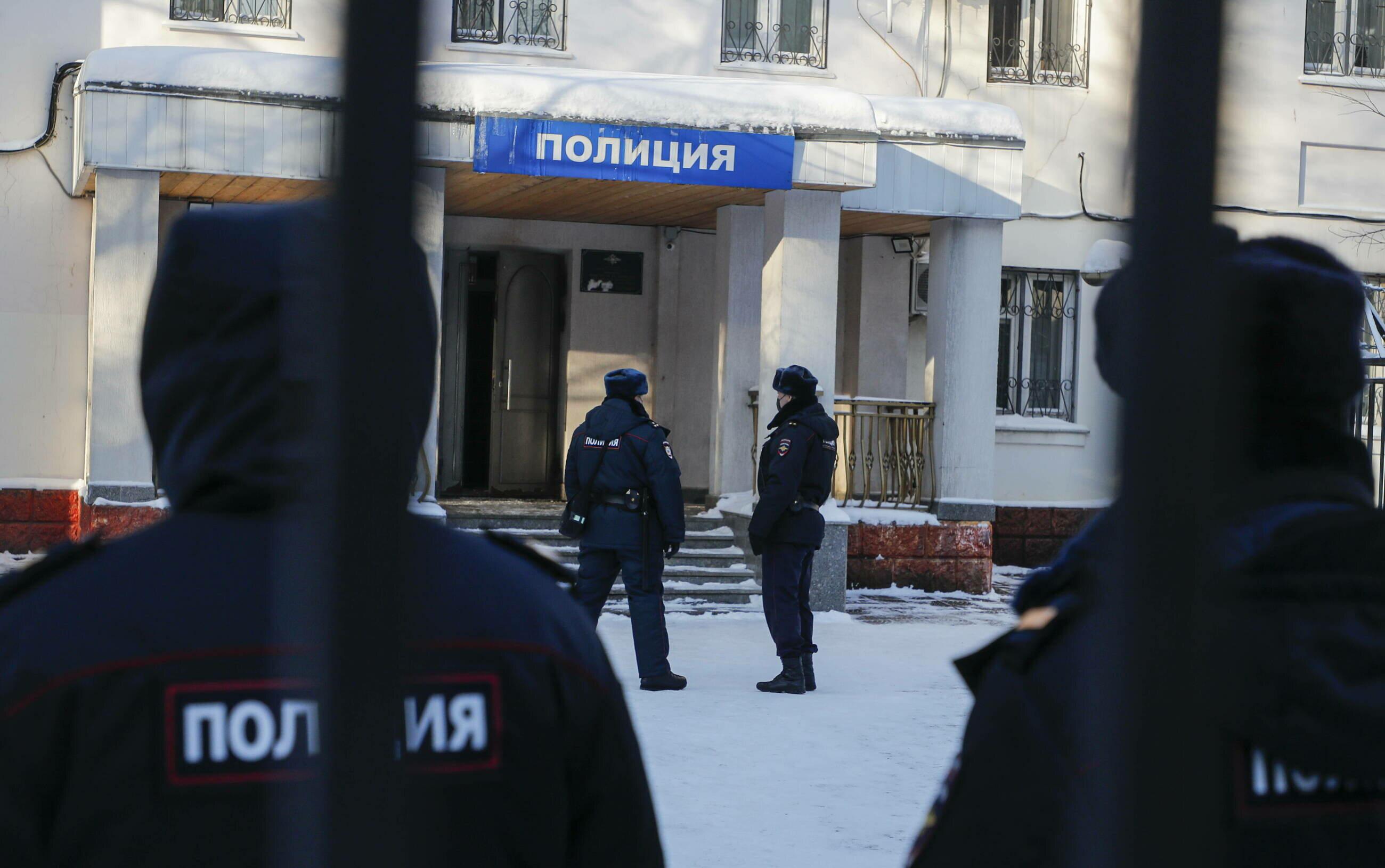 Funkcjonariusze policji patrolujący okolice komisariatu, gdzie przetrzymywany jest Aleksiej Nawalny.