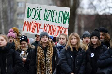 Gdańsk. Uczniowie trójmiejskich szkół średnich podczas marszu pod hasłem '#ponadpodziałami'.