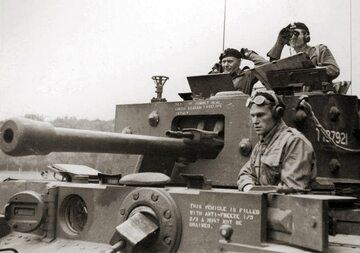 Gen. Maczek (po lewo) w trakcie bitwy pod Falaise