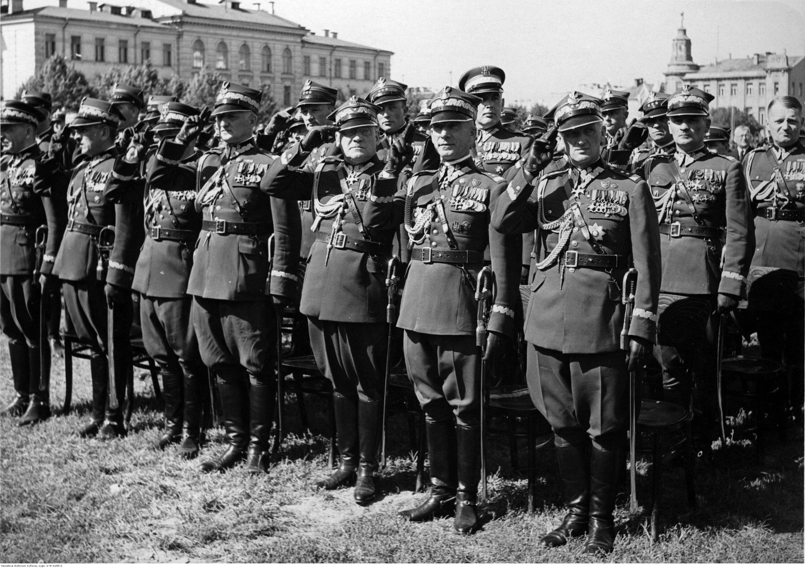 Gen. Stefan Dąb-Biernacki, w pierwszym szeregu, pierwszy od prawej. Fotografia z sierpnia 1938 r.