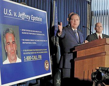 Geoffrey Berman, prokurator Południowego Dystryktu Nowego Jorku, na konferencji prasowej poświęconej sprawie Jeffreya Epsteina (jego zdjęcie na tablicy)