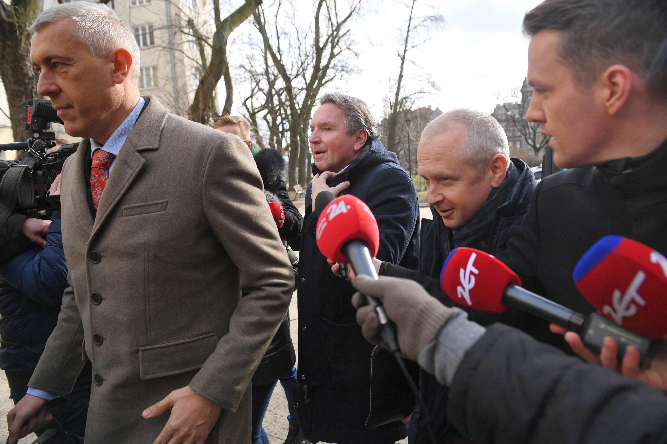 Gerald Birgfellner w drodze do prokuratury razem z Romanem Giertychem i Jackiem Dubois