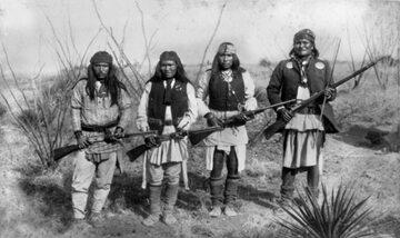 Geronimo (pierwszy z prawej) i jego wojownicy