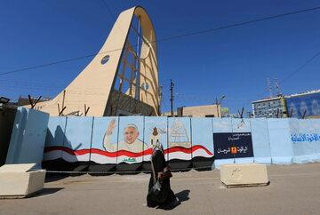 Graffiti przedstawiające papieża Franciszka na ścianach otaczających katedrę katolicką Matki Bożej Zbawienia w Bagdadzie.