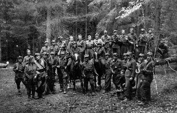 """Grupa sztabowa zgrupowania """"Ognia"""" nad Przełączą Borek w Gorcach latem 1946 r"""